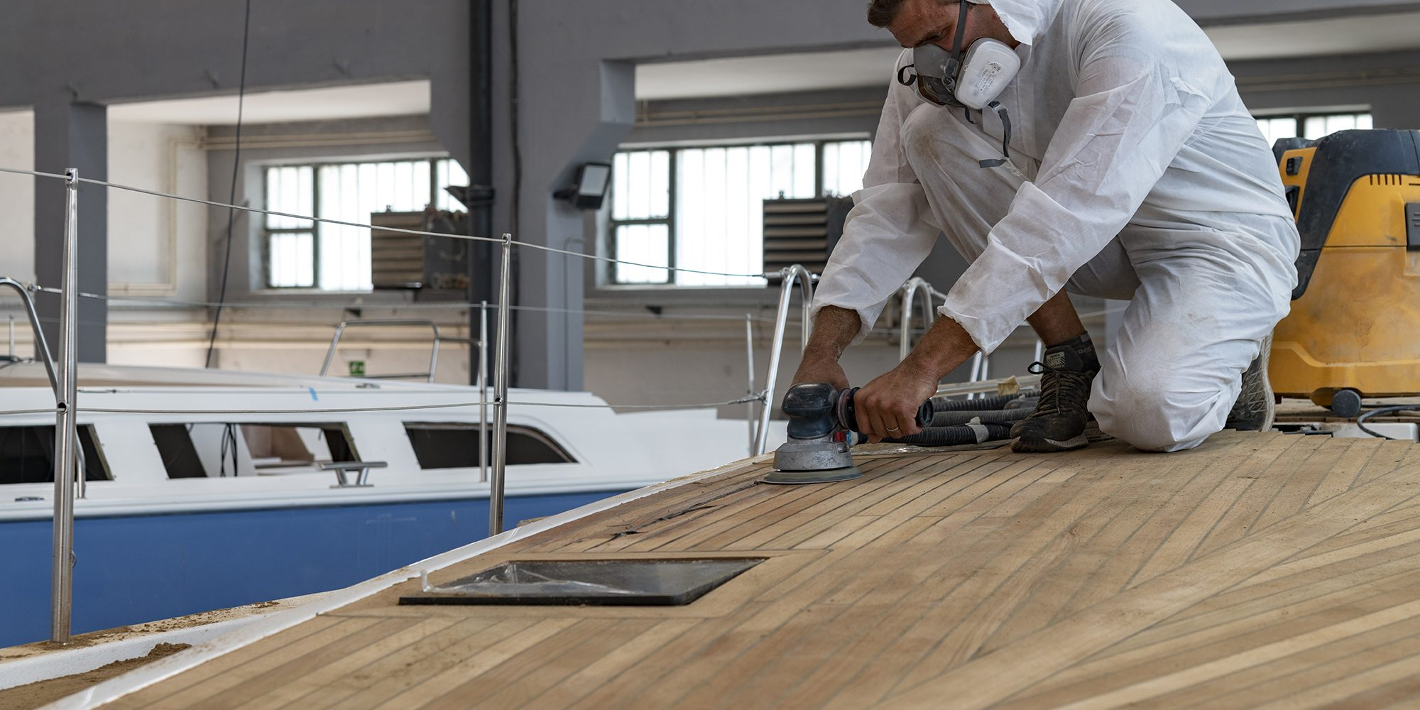 kufner yachts cantiere operaio al lavoro